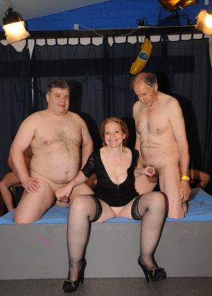 Зрелые мадамы в стриптиз клубе сосут члены и облизывают сперму с лица - фото 6
