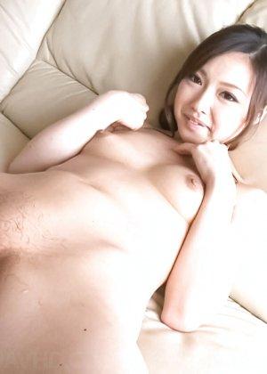 Азиатка с большой пиздой перед камерой бреет себе киску станком - фото 30