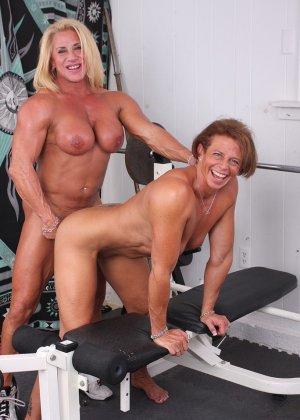 Два транса развлекаются друг с другом в спорт-зале, получая удовольствие от взаимных ласк - фото 17