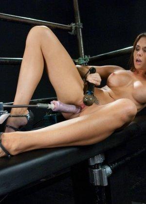 Девушка пробует на себе действие секс-машин - фото 18- фото 18- фото 18