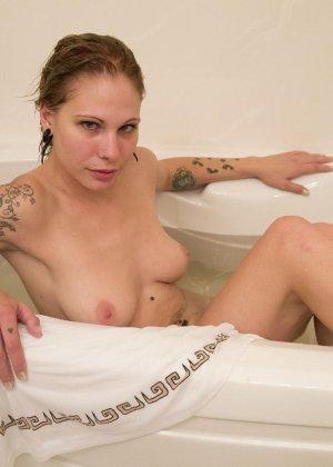 Красивая американская телка с тату не снимая трусиков плескается в ванной - фото 4