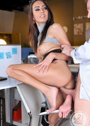 Красавица Жанет Грифиз обожает, когда шеф лижет ей пальцы на ногах перед тем, как выебать ее в пизду - фото 12