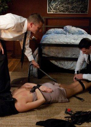 Секретарша Шанель Престон дрочит и не подозревает, что за ней следят охранники со стволами в трусах, они устроят ей жесткое порево - фото 4