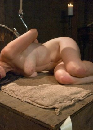Телку отводят в подвальное помещение и связывают руки за спиной, ее ждет особенная ночь с элементами БДСМ - фото 14