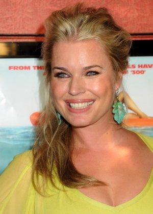 Сексуальная актриса Ребека улыбается своими большими губками перед камерой - фото 2