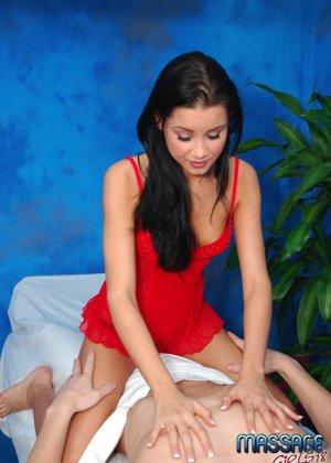 Девушка делает массаж, но ее клиент быстро переходит к десерту и натягивает ее на свой член - фото 8