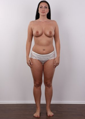 Красивая брюнетка с натуральными дойками на фото кастинге в порно бизнес - фото 5
