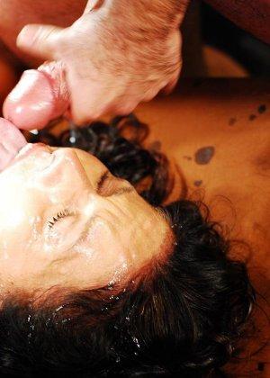 Брюнетке на лицо извергают очень большое количество горячей спермы - фото 6