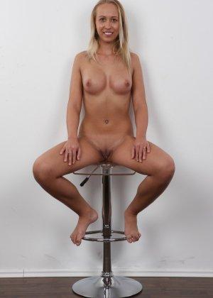 Девушка с пышной грудью оголила свое тело ради приличного зароботка - фото 15