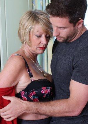 Молодой мужчина ощупывает зрелую даму везде, а что происходит между ними дальше – никто не увидит - фото 9