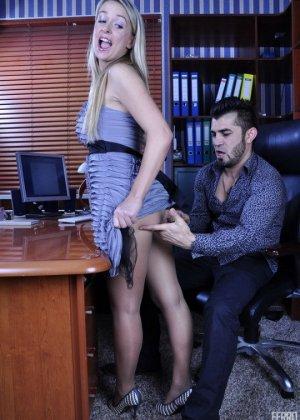 Новая секретарша оказалась блядью и дала своему шефу в жопу, предварительно смачно отсосав у него - фото 1