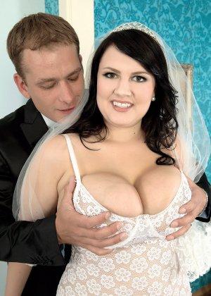 Жирная невеста решает отдаться прямо в свадебном платье, покорив мужа своими формами - фото 7