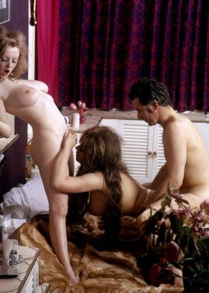 Две женщины ублажают одного мужчину, а он старательно удовлетворяет их по очереди - фото 6