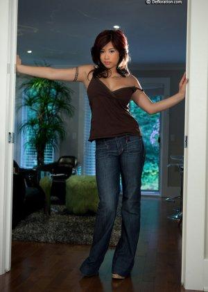 Азиатка с аппетитными формами позирует в голом виде перед фотиком - фото 1