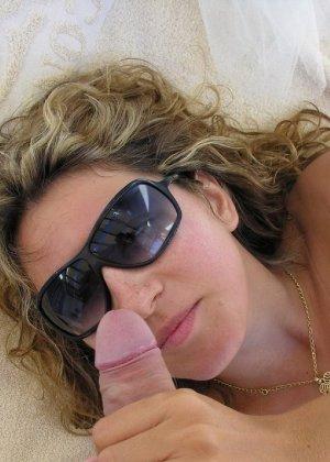 Девушка на отдыхе сосет хуй своему парню и ублажает его целиком - фото 31