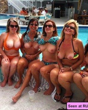 Прекрасные девушки показывают свои пезды и сиськи, а также не против пососать друг другу соски - фото 15