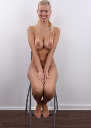 Блонда с большими упругими сиськами решилась показать киску на кастинге - фото 11