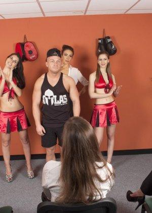 Тренеру делают отсос куда его молодых худеньких девушек в комнате - фото 1