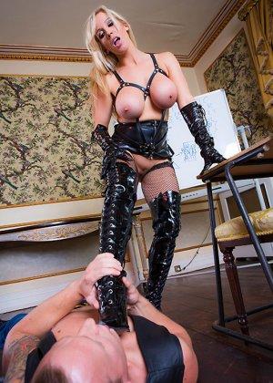 Телки с огромными дойками всегда пользуются спросом у мужиков, эти дамы снимут лифчики, чтобы трахнуться - фото 5