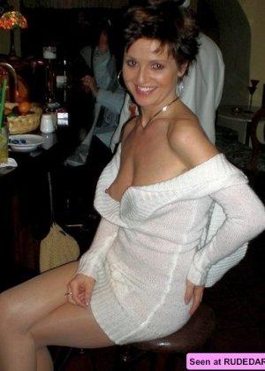 Голые девки демонстрируют свои красивые тела и втроем отсасывают большой член - фото 6