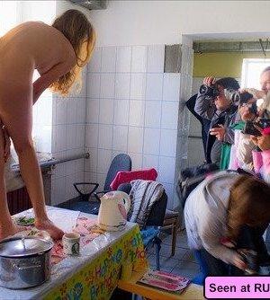 Пьяные неразборчивые девки развлекаются: показывают с удовольствием свои сочные сиськи - фото 1