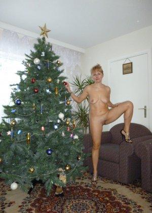 Голая дом работница показывает свое обнаженное тело - фото 11