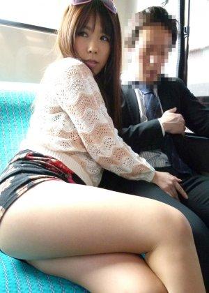 Жесткая порно модель на публике в автобусе занимается сквиртингом - фото 11