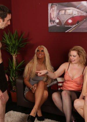 Сексуальные девчушки разминают пальчиками член своему пареньку - фото 6