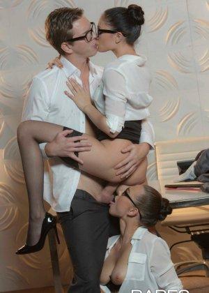 Две девушки устраивают хороший секс парню - фото 6- фото 6- фото 6