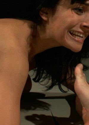 БДСМ с элементами жестокого порева заканчивается самым ярким оргазмом в жизни брюнетки - фото 13