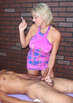 Зрелая телка Пейтон Хелл умеет работать с мужским органом, парни кончают на массажном столе уже через несколько минут - фото 7
