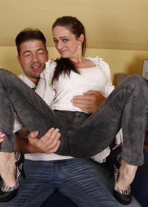Германская проститутка забавляется со своим новым богатеньким клиентом - фото 4