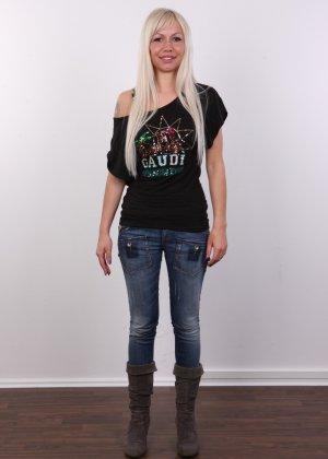 Блондинка с натуральными дойками на кастинге сняла с себя трусики - фото 1