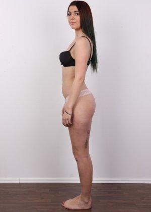 Очень красивая молодая девушка оголяет свое красивое тело перед камерой - фото 5