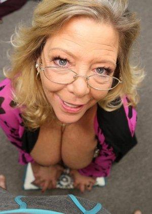 Старая шлюшка Карен с крашеными волосами и торчащими сосками сосет большой хуй как последний раз в жизни - фото 3