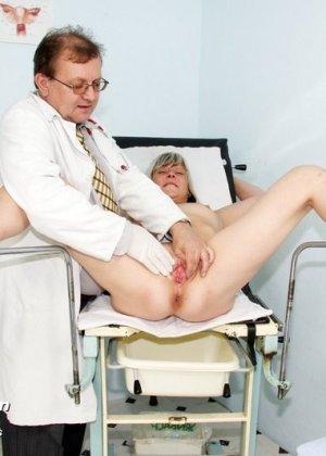 Женщина с удовольствием раздвигает ноги перед опытным гинекологом и даже получает удовольствие от осмотра - фото 11