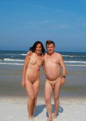 Красивые фотографии с нудистского пляжа, огромное количество небритых пезд и больших членов - фото 2