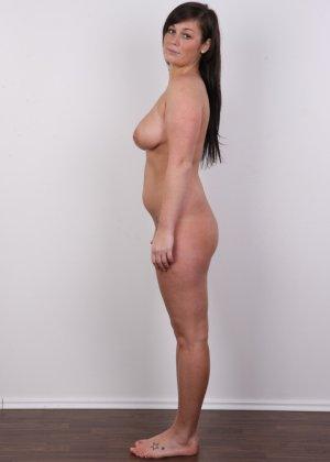 Жопастая красотка с большими сиськами показала соблазнительное тело - фото 12