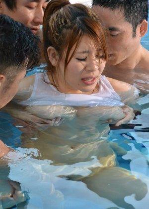 Грудастая японка пришла в бассейн на тренировку, но перепутала день недели, в результате ее выебали трое профессиональных пловцов - фото 31