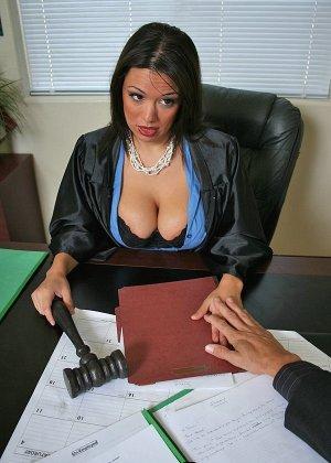 Темноволосая судья с огромными силиконовыми сиськами сосет хуй лысому адвокату, а затем позволяет себя выебать - фото 5