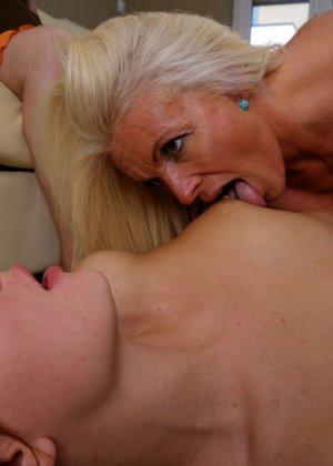 Пока две красотки лижутся друг с другом, зрелая женщина мастурбирует, глядя на их ласки - фото 14