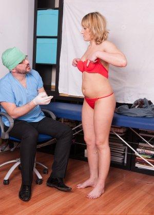 Зрелая дамочка приходит на прием к врачу и оказывается полностью осмотрена развратным доктором - фото 15