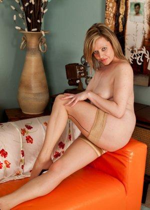 Зрелая женщина показывает себя без стеснения - фото 11- фото 11- фото 11