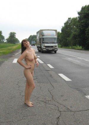 Сексуальная жена хорошенько отдыхает без одежды - фото 46