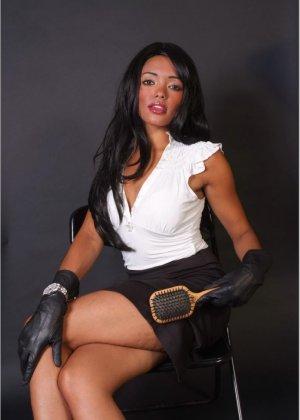 Сексапильная брюнетка работает секретаршей, она медленно снимет с себя блузку и оголит свои дойки - фото 10