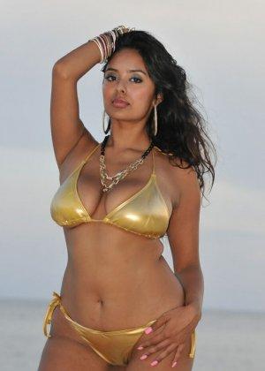 Подборка фото индийских телок которые на пляже вываливают грудь - фото 5