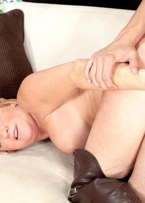 Элара Элис показывает, как она умеет в своем зрелом возрасте соблазнять молодых мужчин - фото 14