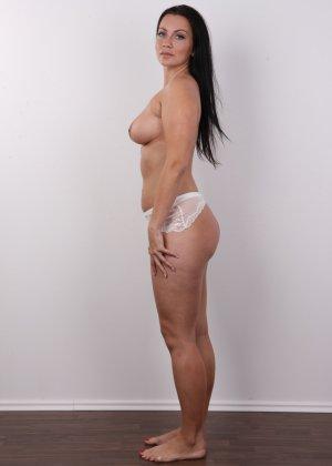 Красивая брюнетка с натуральными дойками на фото кастинге в порно бизнес - фото 7