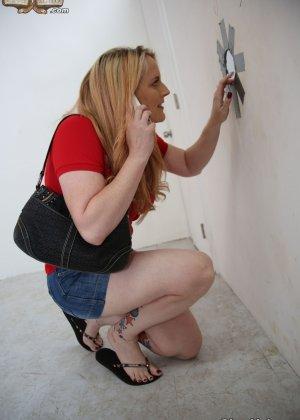 Толстенькая блондинка занимается сексом как она любит с натуральным негром - фото 2