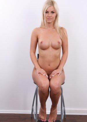 Блондинка с красивой пиздой показала свои достоинства на публику - фото 17